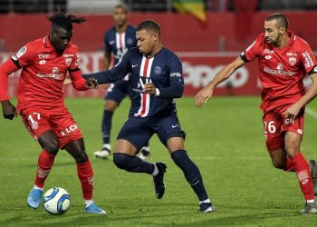 Paris Saint-Germain's French forward Kylian Mbappe (C) vies with Dijon's Bissau-Guinean forward Mama Balde (L) and Dijon's Moroccan defender Fouad Chafik during the French L1 football match between Dijon Football Cote-d'Or (DFCO) and Paris Saint-Germain (PSG) on November 1, 2019, at the Gaston Gerard stadium in Dijon. (Photo by Philippe DESMAZES / AFP)